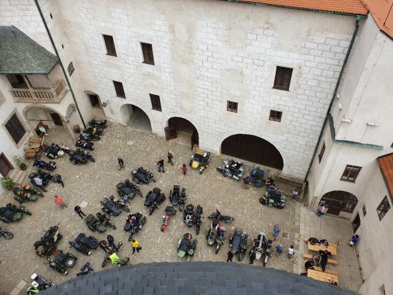 Вид на двор замка из смотровой башни