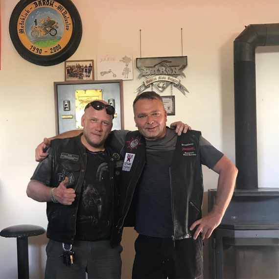 "Президент ООМК ""УРАЛ"" (слева) и предидент мотоклуба BARON (справа)"